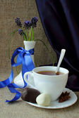 Bouquet of spring flowers forest and a cup of tea — Stok fotoğraf