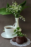 Bouquet of lilies of the valley, a cup of coffee and marshmallows — Stock Photo