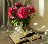 Still-life with a bouquet of peonies and notepad with pen — Foto de Stock