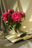Still-life with a bouquet of peonies and notepad with pen — Stok fotoğraf