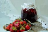 Banco com geléia de morango e pires com frutos maduros — Fotografia Stock