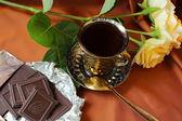 Kopp kaffe, rosor och choklad bar — Stockfoto