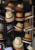 Pomorie, bulgaria, 27 luglio 2014, copricapi sono diversi colori e stili, appeso in una stalla — Foto Stock