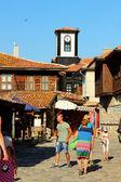 钟楼、 片砖瓦的屋顶和游客老城、 内塞伯尔、 保加利亚,2014 年 7 月 30 日的街道上 — 图库照片