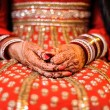 Bride's hand with henna and bangles, punjabi wedding — Stock Photo