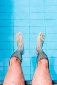 Pernas masculinas na piscina — Foto Stock