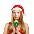 Young woman in santa hat with christmas gift box — Stock fotografie