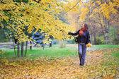 Auumnal parkta genç kadın yürüme — Stok fotoğraf