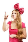 大きなピンクの弓を持つ若い驚いて女性 — ストック写真