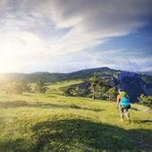 Woman traveller on mountain field — Photo