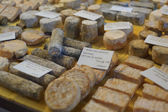 French cheese at the market — Stockfoto
