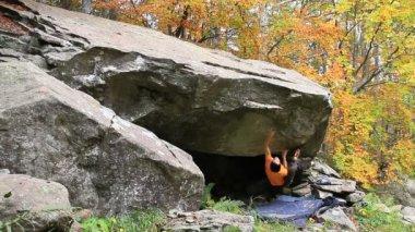 Bouldering i lagoni, italien — Stockvideo