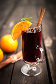 Vin brulè e spezie su fondo in legno. messa a fuoco selettiva — Foto Stock