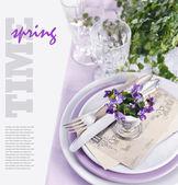 Decoración de mesa con flores viola — Foto de Stock