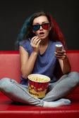 Bella ragazza guardando film con occhiali 3d — Foto Stock