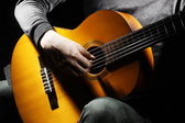 Man playing the guitare — Stock Photo