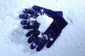 蓝色的手套,在雪地上 — 图库照片