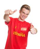 Aficionado al fútbol español con el pelo rubio mostrando ambos pulgares — Foto de Stock