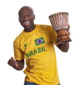 Mec du brésil avec tambour est heureux de son équipe — Photo
