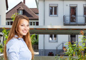 Young woman looking for a new house — Foto Stock