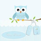 Erkek bebek için bebek duş kart, baykuş ve şerit arka plan ile çıngırak — Stok Vektör