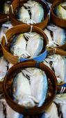 Makrela ryby w bambusowym koszyku w market, tajlandia — Zdjęcie stockowe
