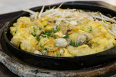 Fried Oyster Cakes served on iron hot plate (Fried Oyster Omelet) — Foto de Stock