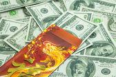 Китайский Новый год дракона красный конверт и доллары — Стоковое фото