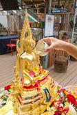 La doccia la statua di buddha in songkran festival, thailandia — Foto Stock