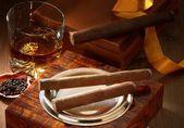 Cigarrer och whisky — Stockfoto