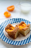 Apricot cake and a glass of milk — Stock Photo