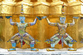 Nádherné zlaté stúpa, wat phra kaew, bangkok — Stock fotografie