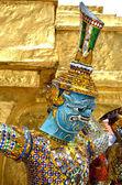Jätte staty med pagoden i wat phra kaew, bangkok — Stockfoto