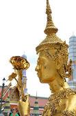 Estatua de oro kinnari en wat pra kaew, bangkok — Foto de Stock