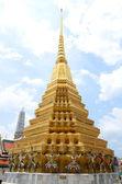 Magnífica estupa dorada, wat phra kaew, bangkok — Foto de Stock