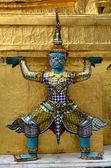 Estatua gigante con pagoda de wat phra kaew, bangkok — Foto de Stock