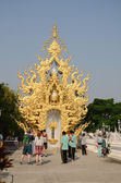 CHIANGRAI, THAILAND - MAR 2: Unidentified travelers visit Wat Rong Khun a famous white temple at northen thailand on 2 March 2014 at Wat Rong Khun, Chaingrai, Thailand. — Foto Stock