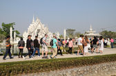 CHIANGRAI, THAILAND - MAR 2: Unidentified travelers visit Wat Rong Khun a famous white temple at northen thailand on 2 March 2014 at Wat Rong Khun, Chaingrai, Thailand. — 图库照片