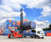 Gestapelte container im lagerbereich mit blauer himmel — Stockfoto