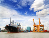 Cargo ship at the port outgoing with blue sky — Foto Stock