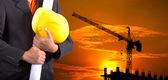 Inżynier, trzymając żółty kask dla bezpieczeństwa pracowników deseń — Zdjęcie stockowe