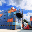 Foto Stock: Forklift handling container box at dockyard