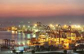 Contenitore trasporto nave con ponte gru in cantiere per logistica importazione esportazione sfondo di lavoro — Foto Stock
