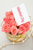 Pink roses with note paper for valentine's day — Stock Photo
