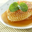 Sweet honeycombs with mint leaf — Zdjęcie stockowe #41171029