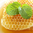 Foto de Stock  : Sweet honeycombs with mint leaf