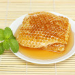 Close up sweet honeycombs with mint leaf — Stok Fotoğraf #41291201