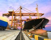 Industrielle cargo fracht containerschiff mit kran entfe — Stockfoto