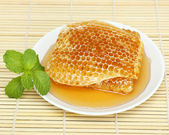Close up sweet honeycombs with mint leaf — 图库照片