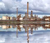 Refinería de petróleo con nubes de tormenta - industria petroquímica con wa — Foto de Stock